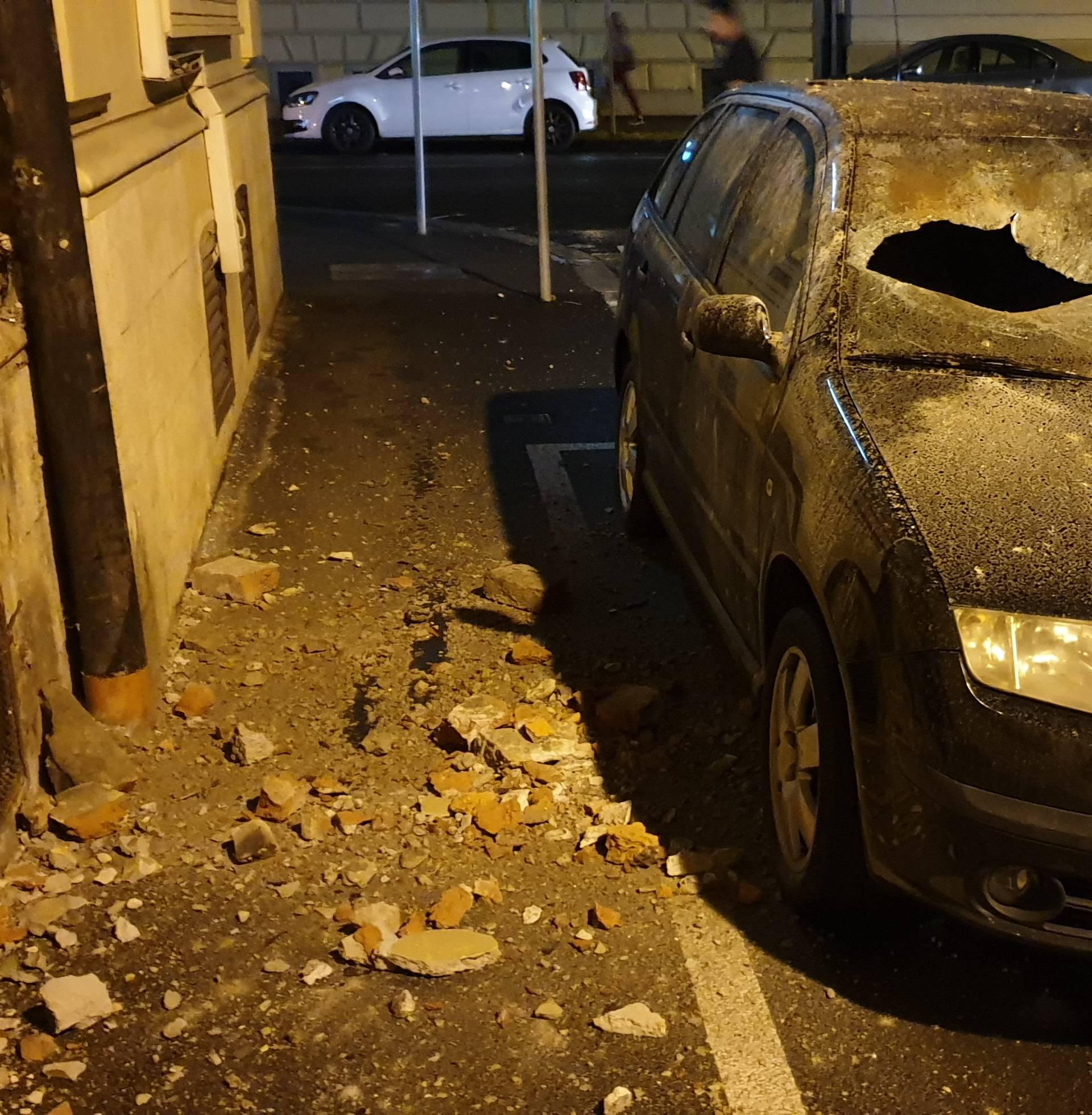 Otpale cigle i fasada sa zgrade, komad od 20 kila uništio auto