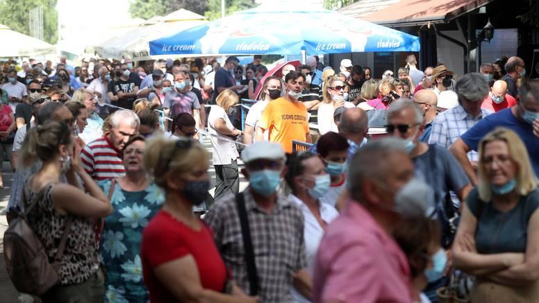 VIDEO Na Velesajmu 2000 ljudi u redu čeka cijepljenje: 'Gdje je Beroš da vidi ovu sramotu!'