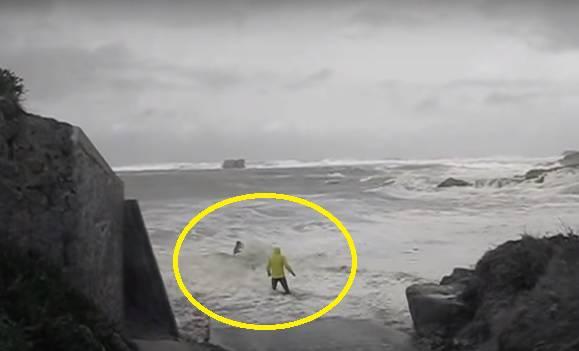 Izazivali su 'vraga': Veliki val povukao je stariji par u more