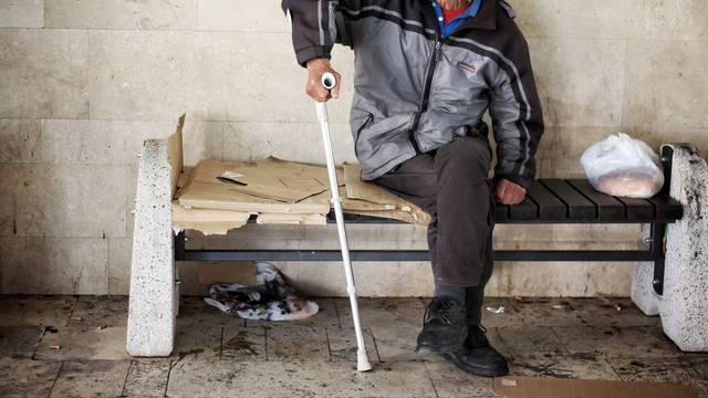 U Splitu je sve više beskućnika: Srame se, spavaju na plaži, po cesti. Prije virusa imali su posao