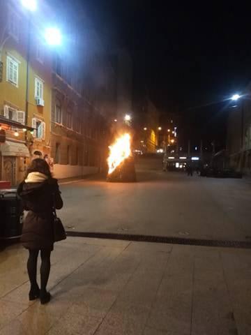 Zapaljena skulptura umjetnika Ivana Kožarića u centru Rijeke