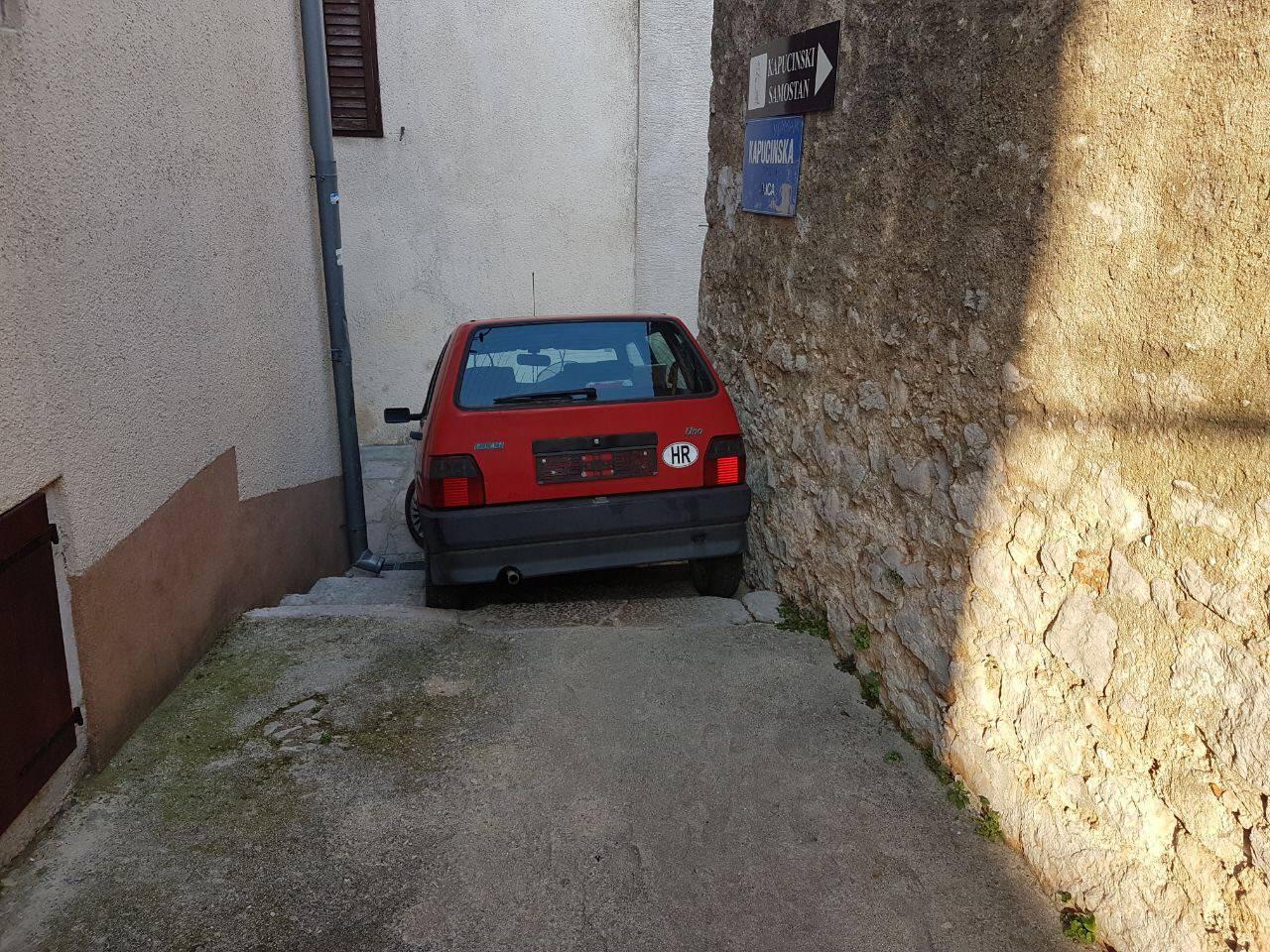 """Krenula Fiatom niz stepenice: """"Probudila je cijeli  Karlobag!"""""""