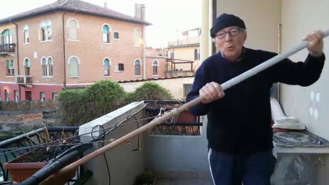 Treba ostati u formi: Gondolijer uzeo vesla i vježba na balkonu!