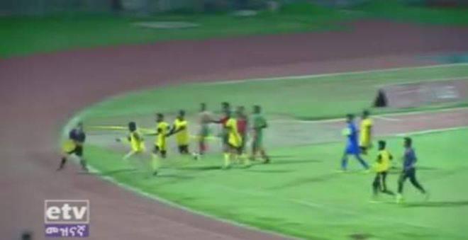 Etiopijski cirkus: Na utakmici vojske suca ganjali po terenu...