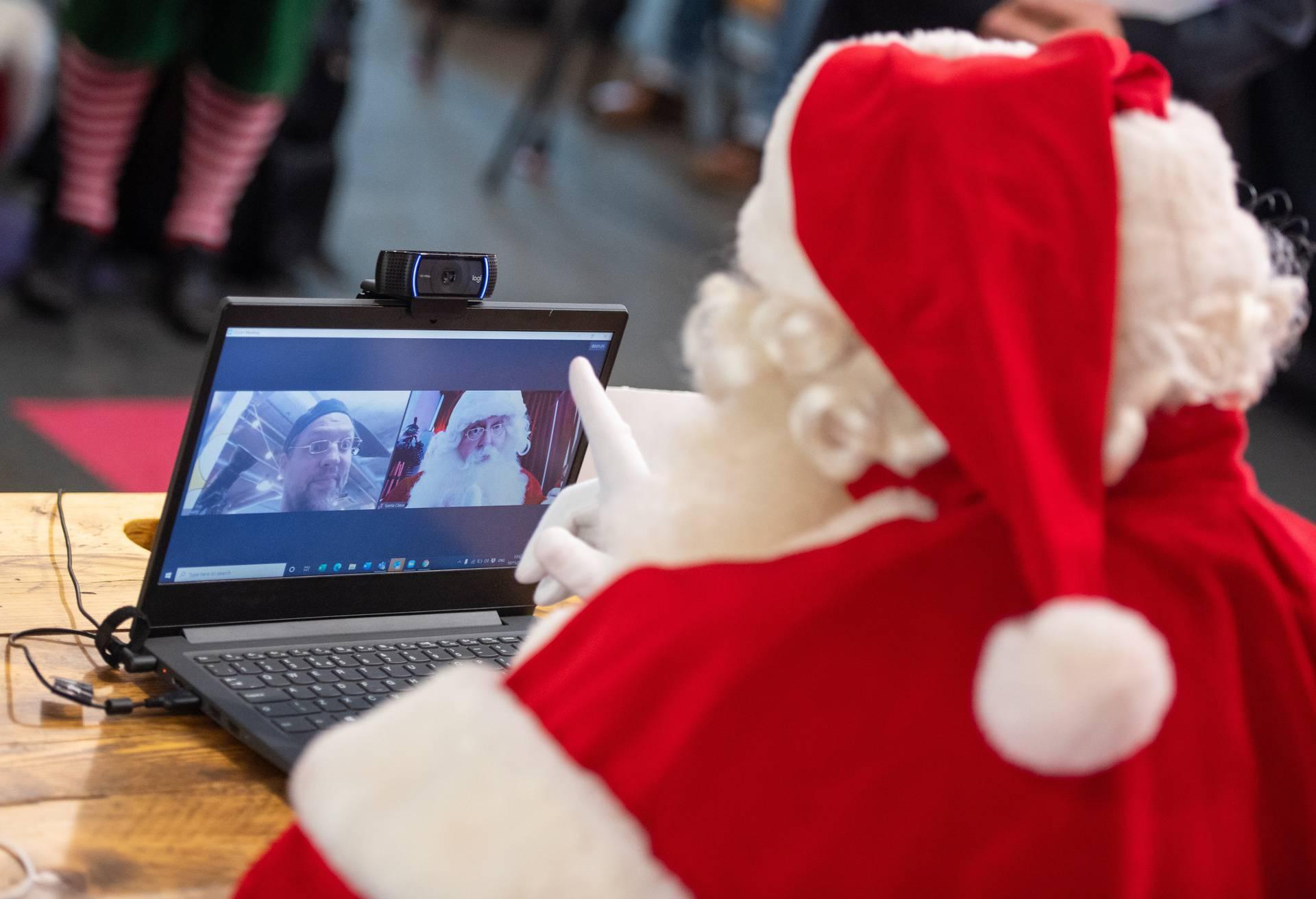 Umjesto djeteta u krilu, ove će godine Djedica držati laptop