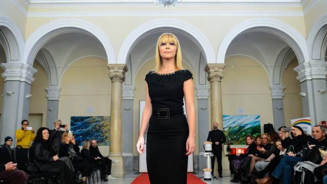 Modna revija: Mila istaknula liniju malom crnom haljinom