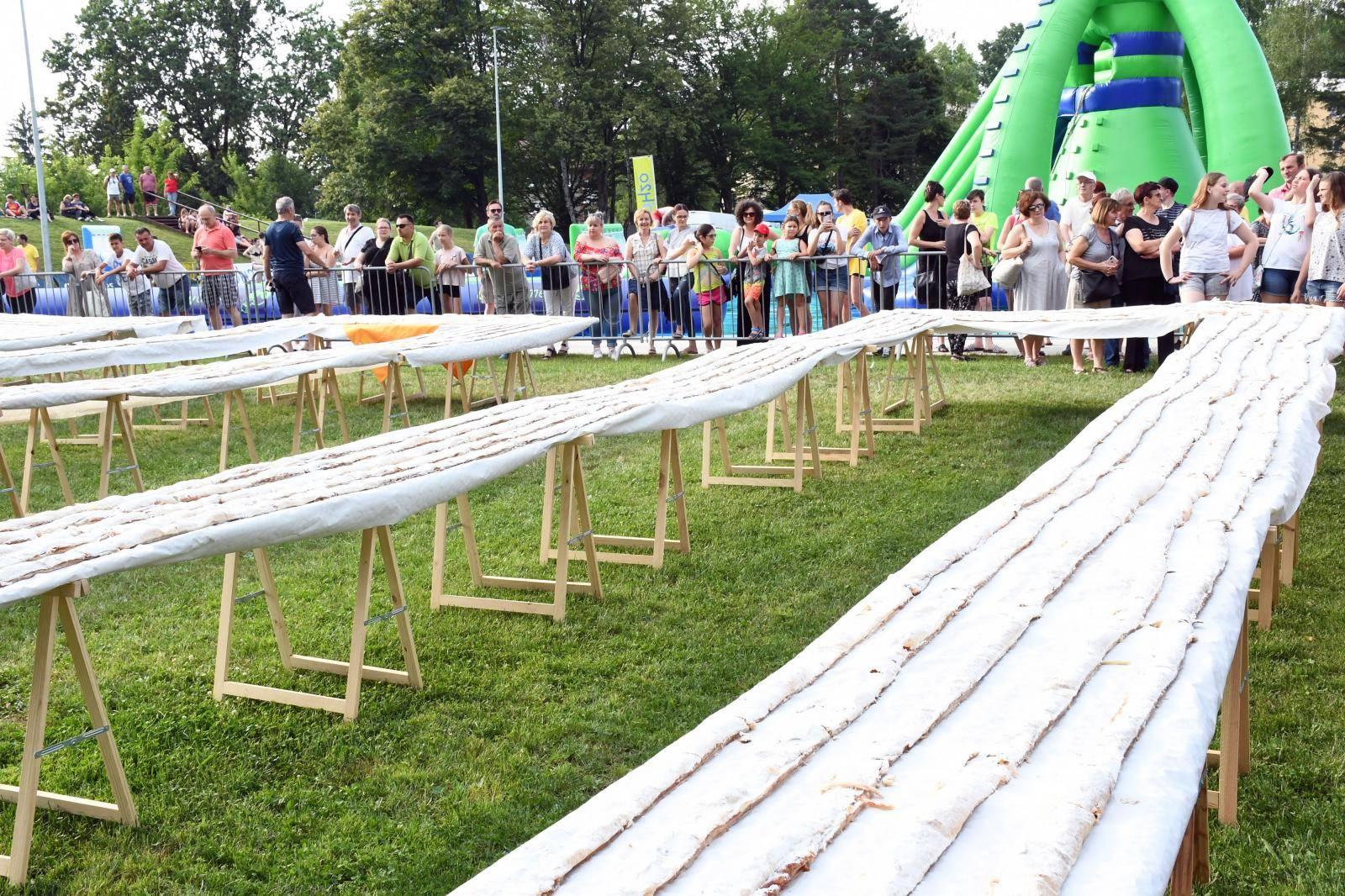 U Sisku pripremljena najduža štrudla na svijetu dogačka 1,7 kilometar