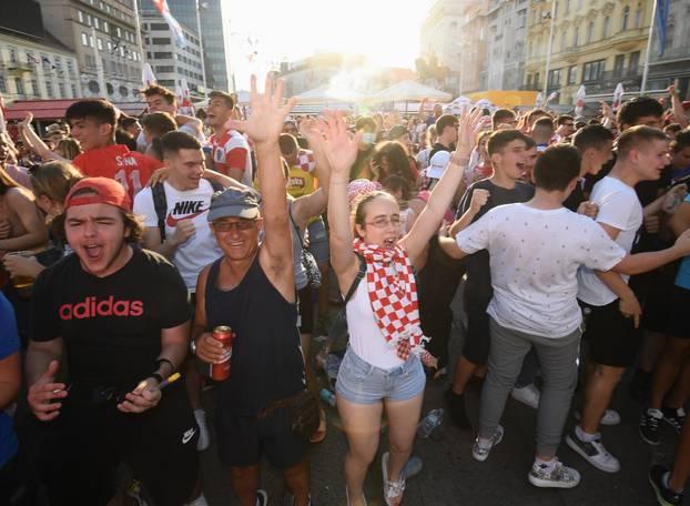 Zagreb: Navijačice i navijači na glavnom Trgu prate utakmicu Hrvatska-Češka