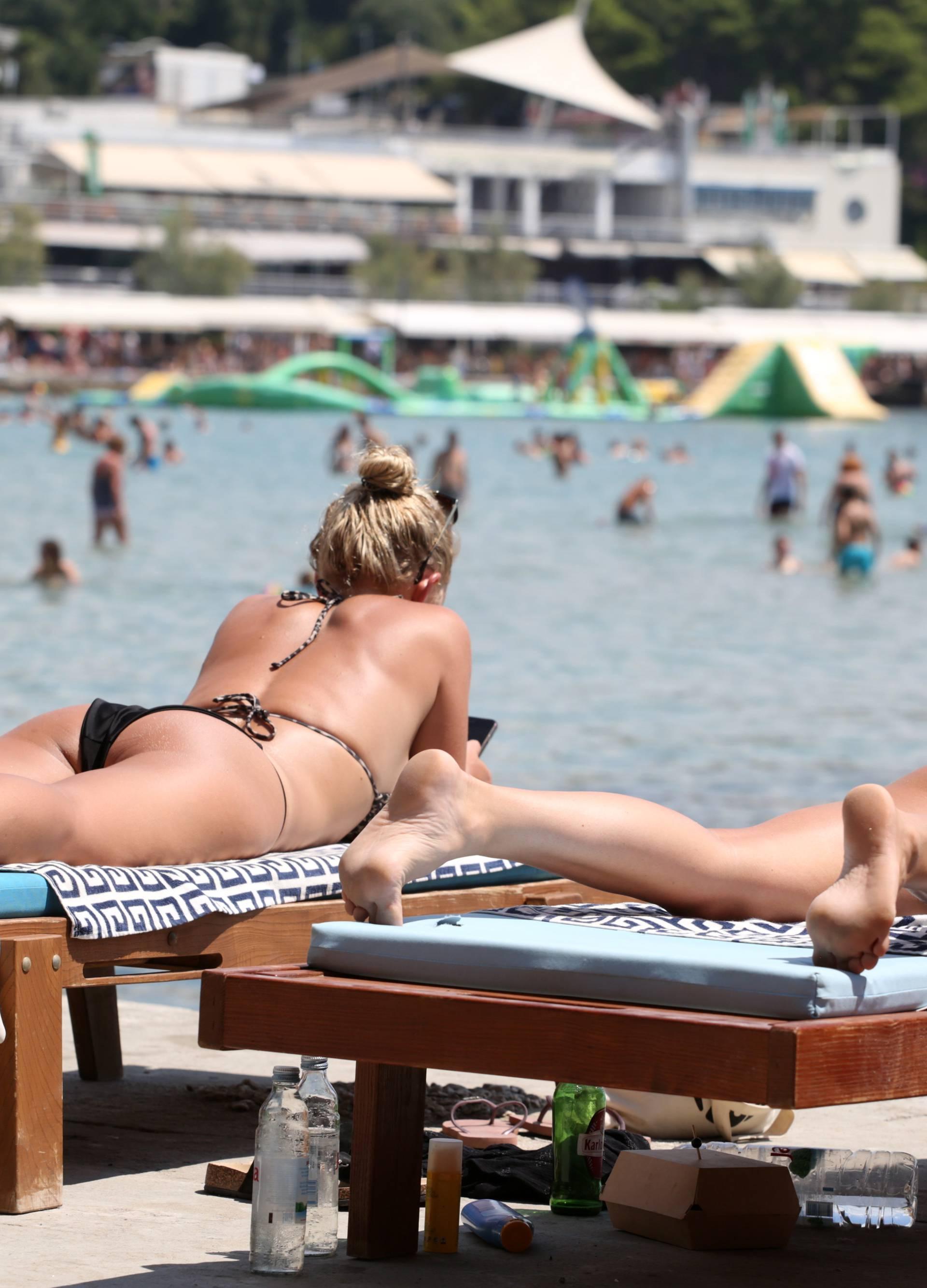 Split: Turisti preplavili plažu Bačvice tražeći osvježenje