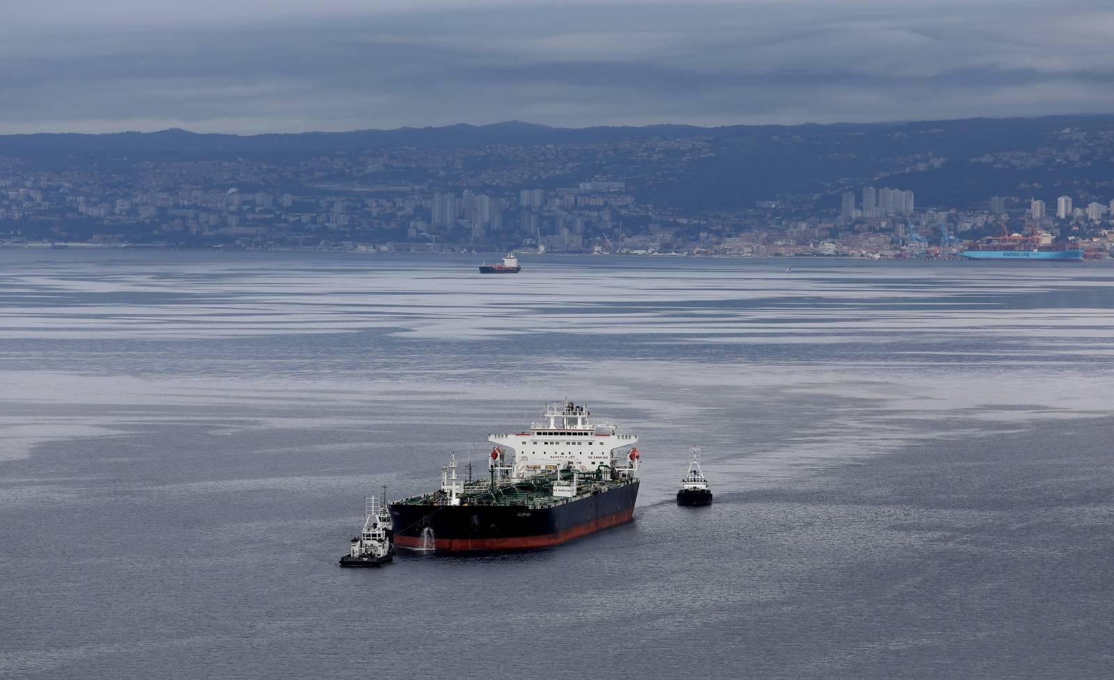 Uplovljavanje tankera Albanel  na vezove Janafa u omišaljskoj luci