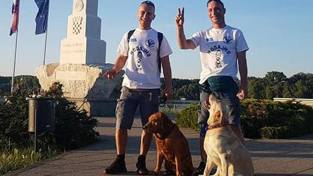 Na svom putu dugom 2000 km spasili su dva izgladnjela psića