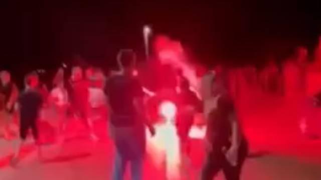 Snimka iz Primoštena: Makljaža Torcide i Funcuta, letjele i cigle. Mladić (27) je teško ozlijeđen