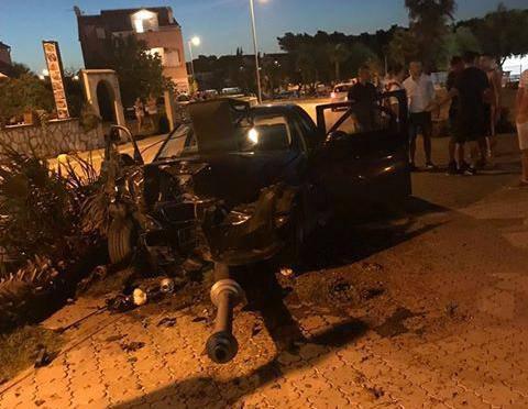 Vodice: Pijani Austrijanac (21) BMW-om udario u palme i stup