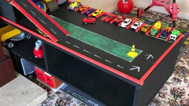 Kreativna mama: Stari stol je pretvorila u trkaću stazu za aute