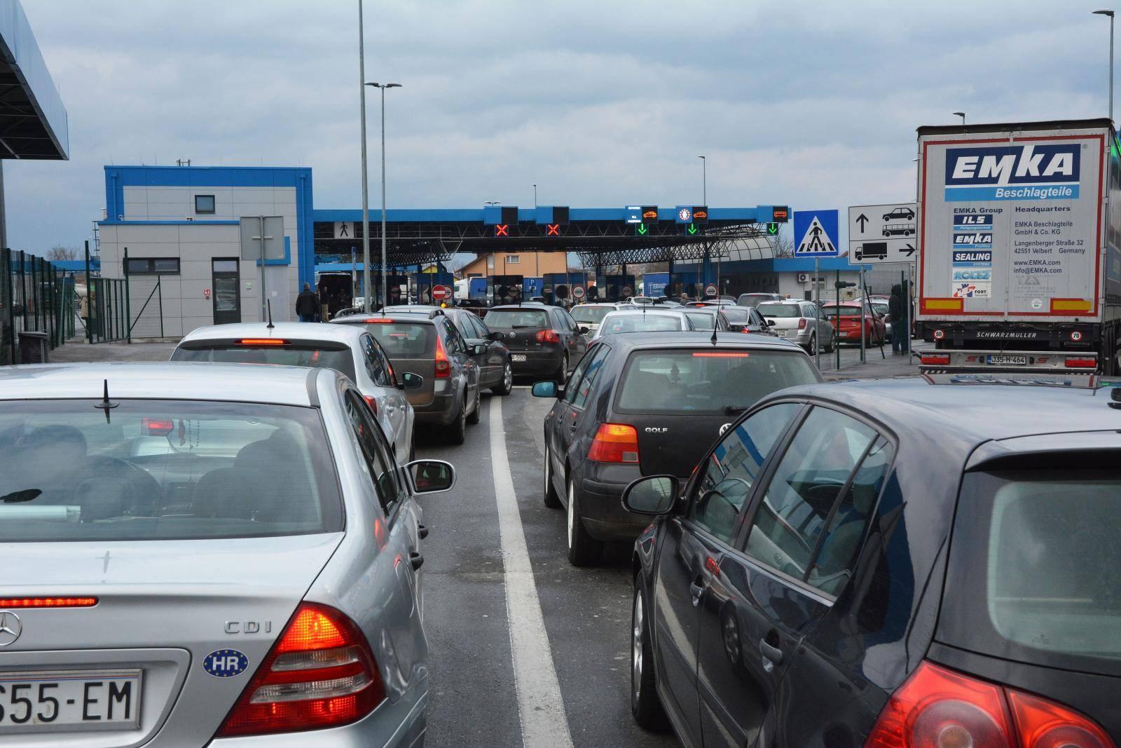 Slavonski Brod: Kolone na granici zbog pada informatičkog sustava MUP-a