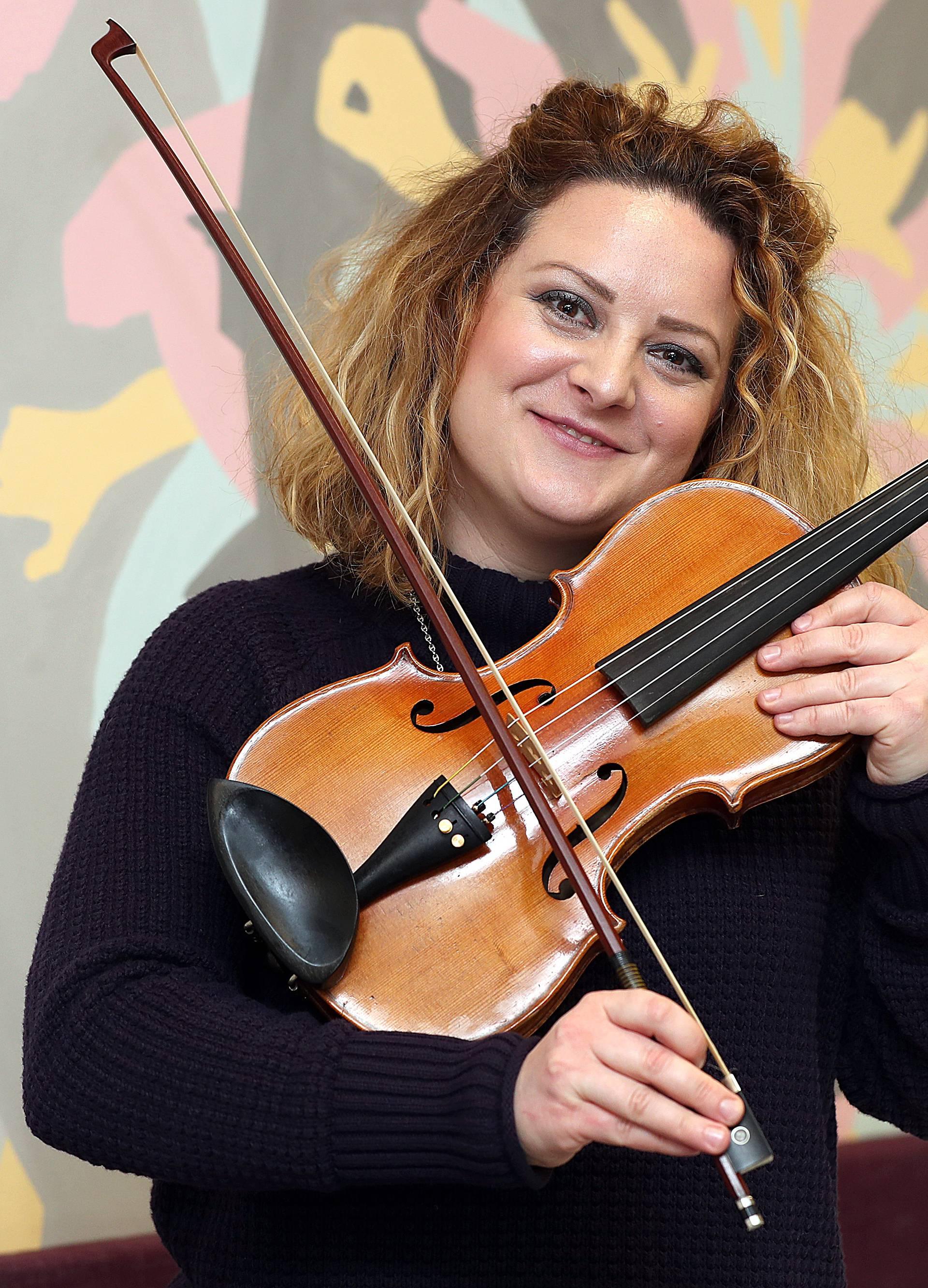Gluhe uči svirati violinu: Njima je promijenila život zauvijek...