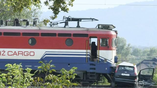Staro Pračno: Vozač automobila ozlijeđen u naletu teretnog vlaka