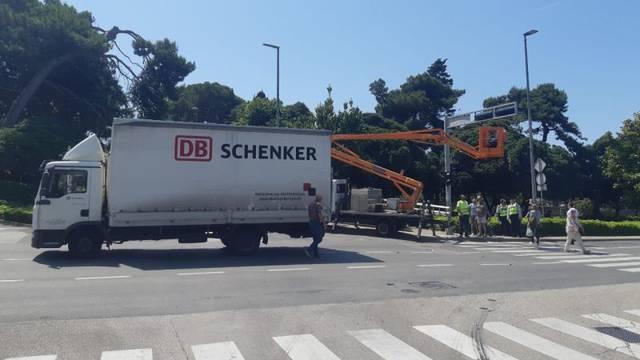 Kamion pokupio košaru, radnik se spasio držeći se za ogradu