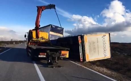 Bura bacila prikolicu s ceste: Kamion su spašavali dizalicom