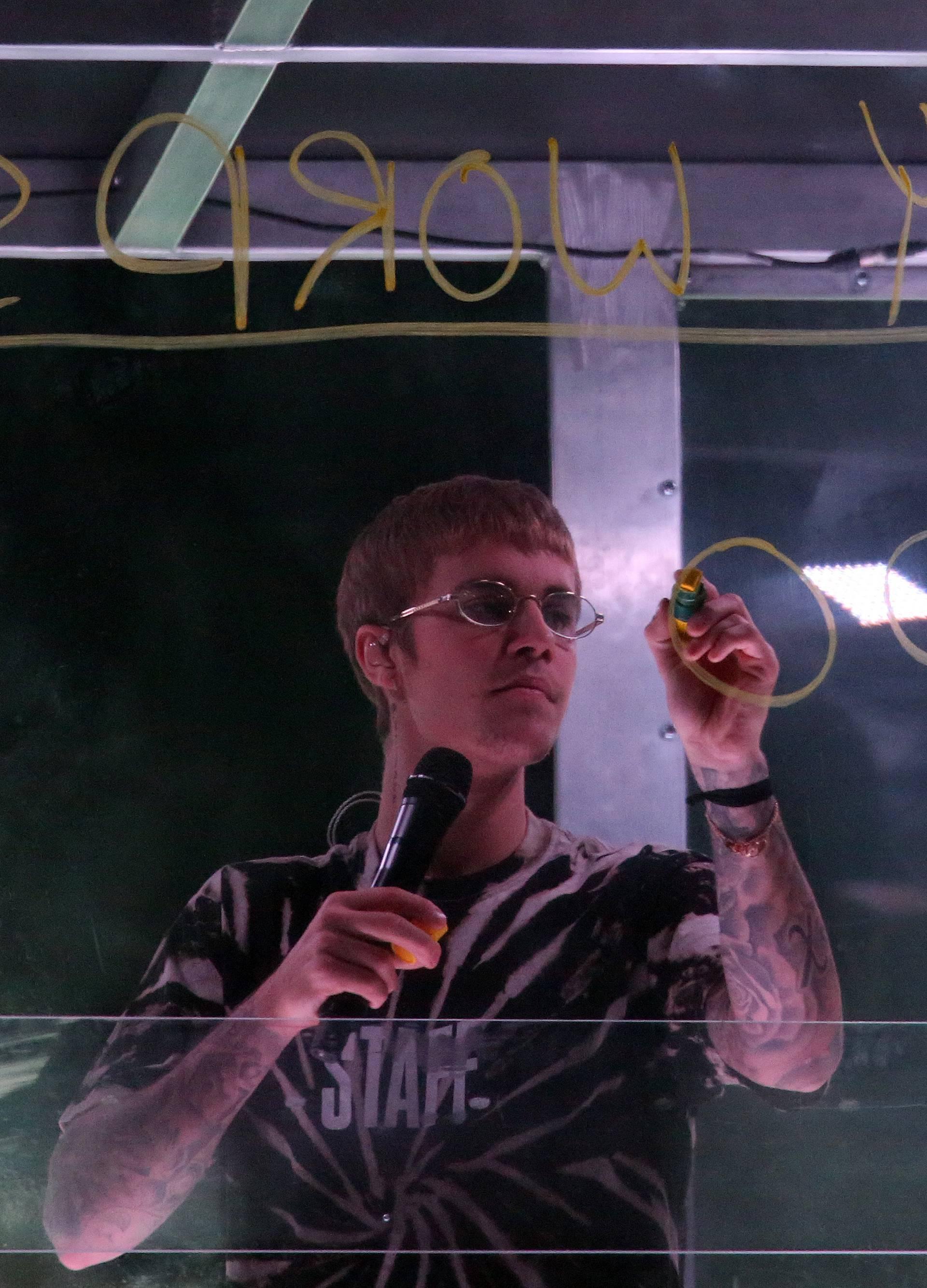 Oduševljen 'dvoranom punom ljubavi', Bieber je pustio suzu