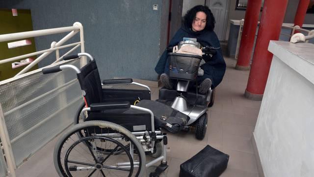 Slavonski Brod: Kristini Terihaj vandali su ukrali i oštetili invalidska kolica