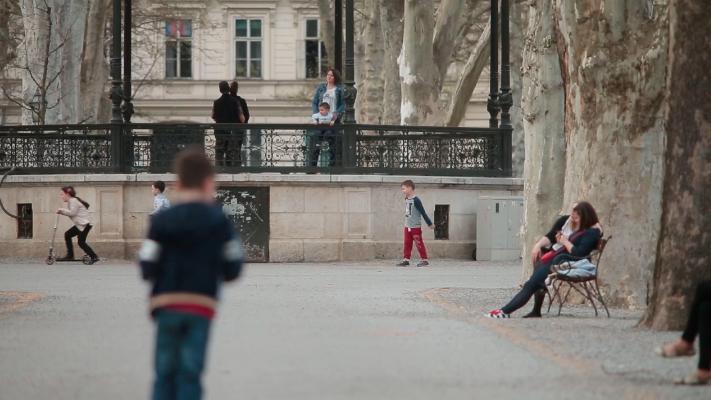 Djeca, parovi i umirovljenici u parkovima uživaju u proljeću