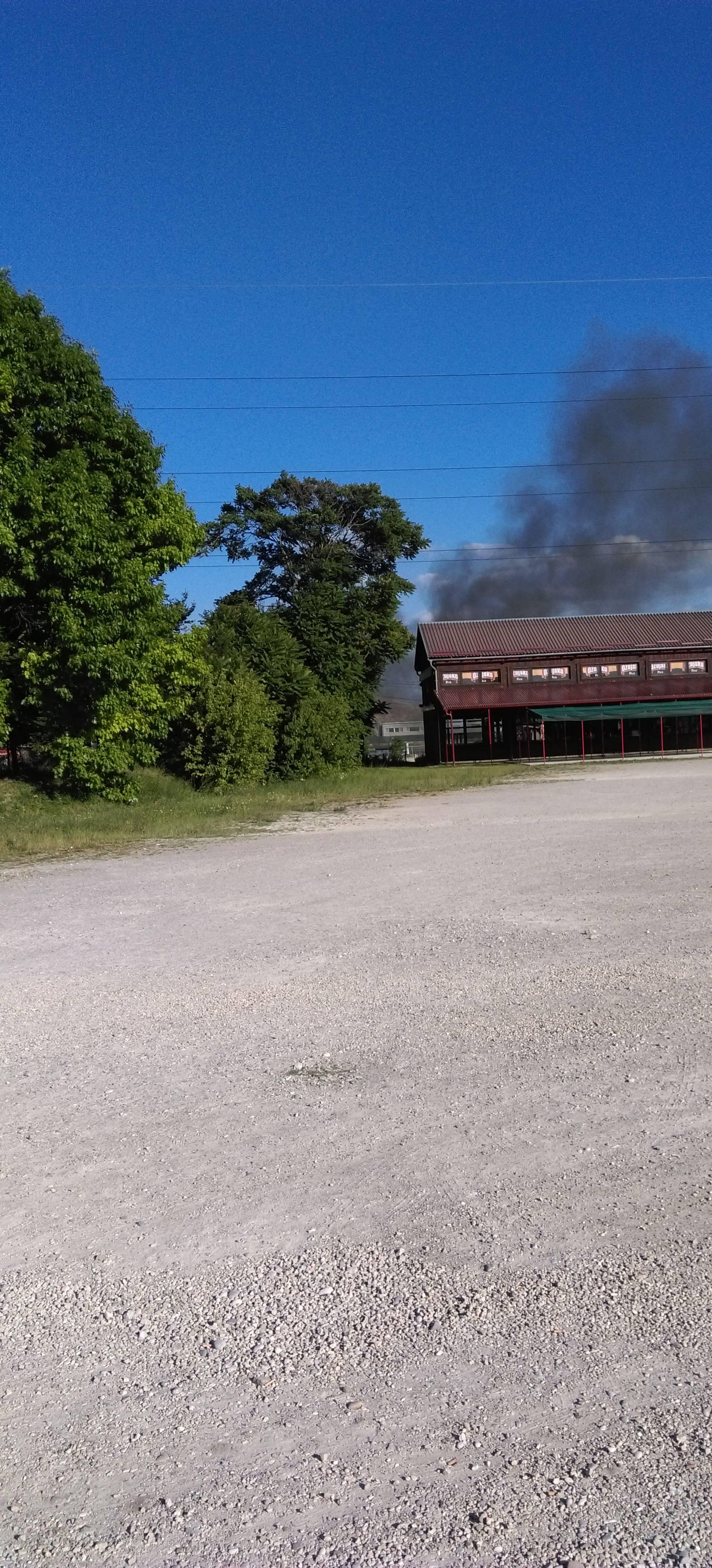 Požar na Jakuševcu: Zapalila se pečenjara, stigli vatrogasci