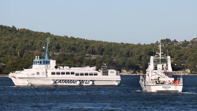 Šibenik: Dolazak oštećenog katamarana Komiža u remontno brodogradilište