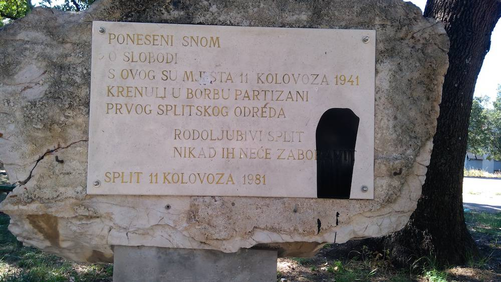 Bojom polili spomenik Prvom splitskom partizanskom odredu