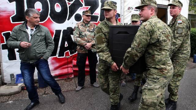 Pomaže im i vojska: Počelo je demontiranje šatora u Savskoj