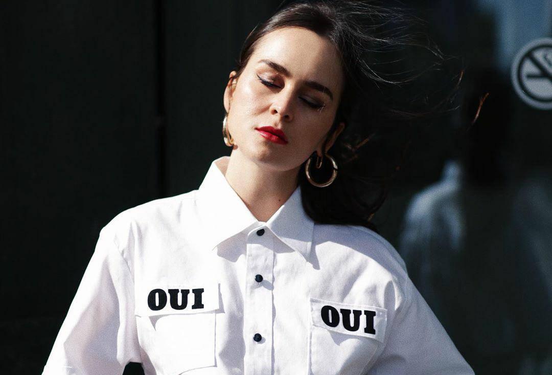 Crno-bijela klasika u modernom điru: Kratka košulja i uske hlače