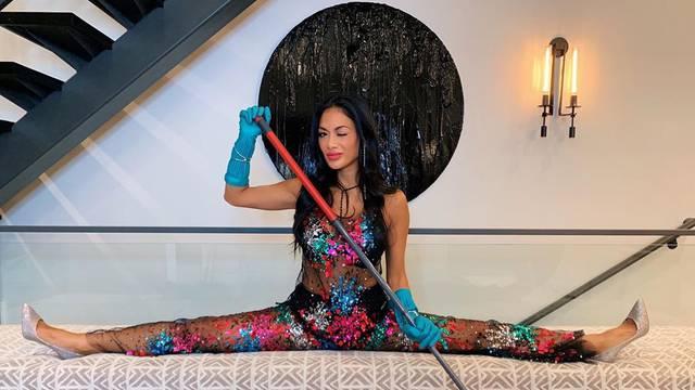 Čisti sa stilom: Scherzinger je za pranje podova obula štikle...