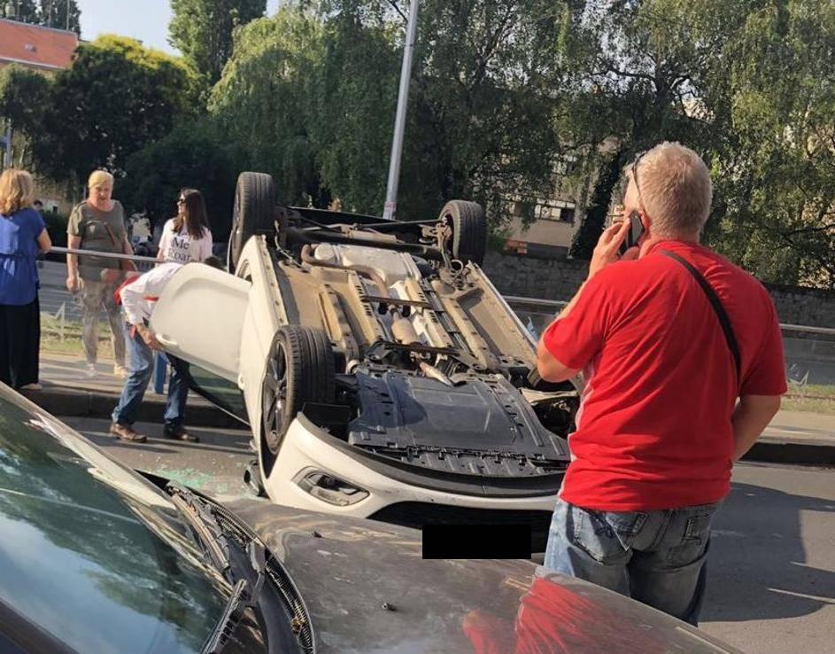Sudarila se tri auta u Zagrebu:  Jedan od njih završio na krovu