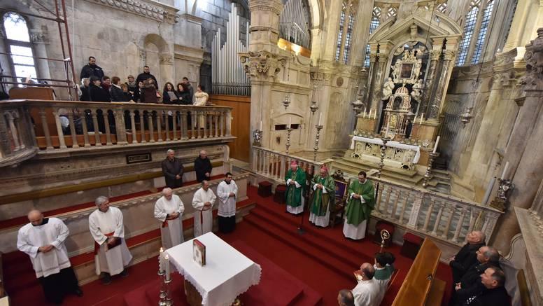 Hrvati manje vjeruju Crkvi, ali i sve manje vjernika ide na misu