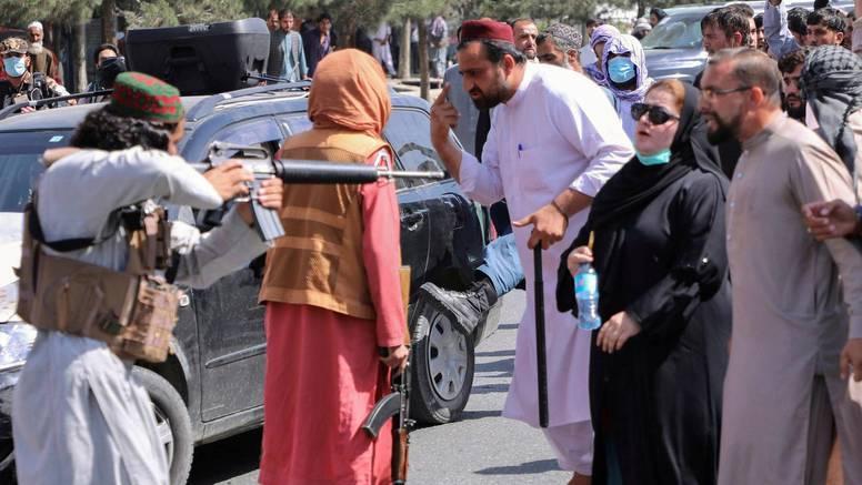 Fotografija obišla svijet: Taliban uperio pušku u nju, a hrabra žena je hladno gledala u cijev