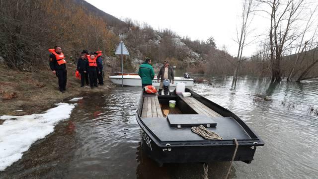 Voda iz rijeke Like poplavila je ceste i odsjekla sela u kojima je 350 ljudi. Službe su na terenu