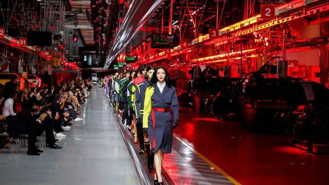 Ferrari održao modnu reviju na traci za proizvodnju automobila
