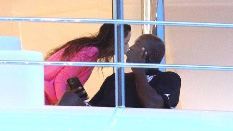 Jordan sa suprugom stigao u Šibenik, na luksuznoj jahti su izmjenjivali nježne poljupce...