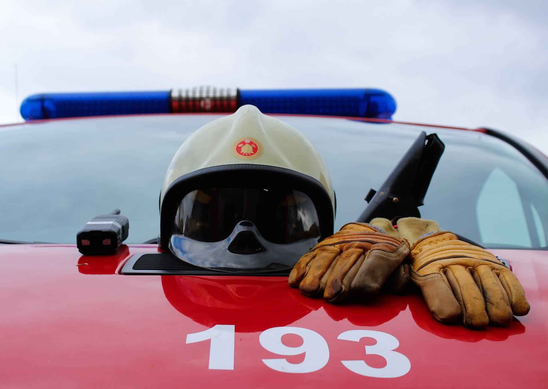 Vatrogasci došli gasiti požar u Pribislavcu, zasuli ih kamenjem