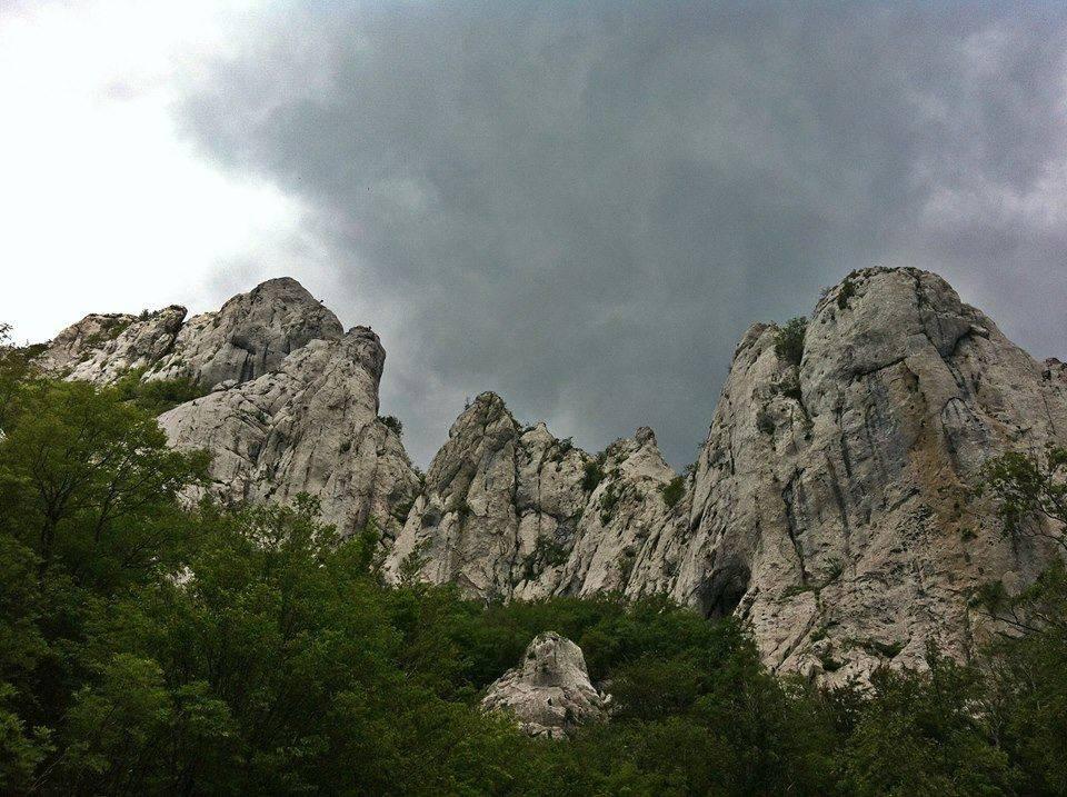 Stijena se odlomila i pala na trojicu penjača na Velebitu