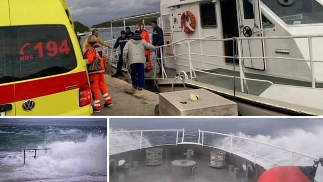 Po oluji hitno prevezli trudnicu s Hvara u Split: 'Nismo očekivali da će se jugo ovako brzo podići'