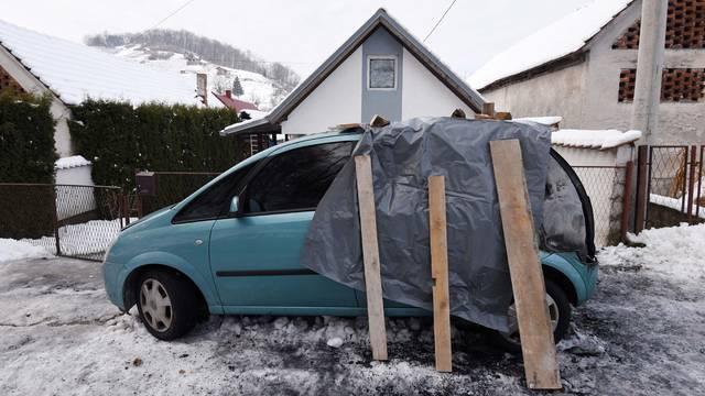 Prolio se benzin po prtljažniku i mobitel izazvao požar u autu
