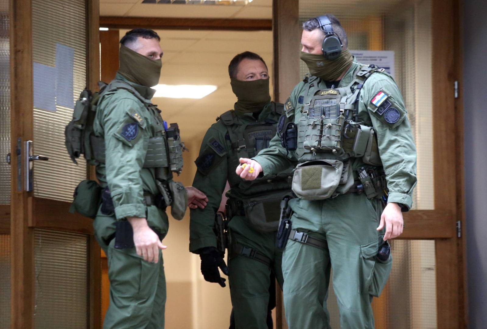 S nožem u rucio vikao s balkona stambene zgrade u Sopotu - stigla specijalna policija