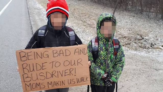Mama natjerala sinove da 7 km nose natpis: 'Bili smo zločesti'