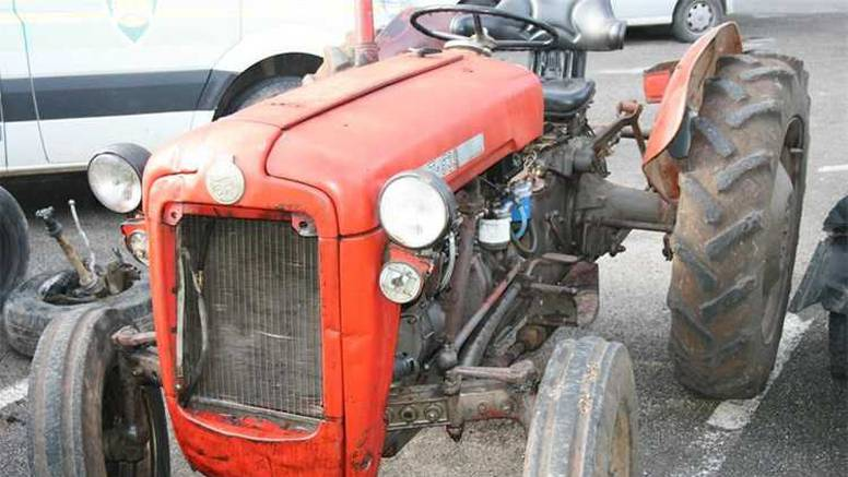 Pijani muškarac(47) prebrzo je vozio traktor pa se prevrnuo