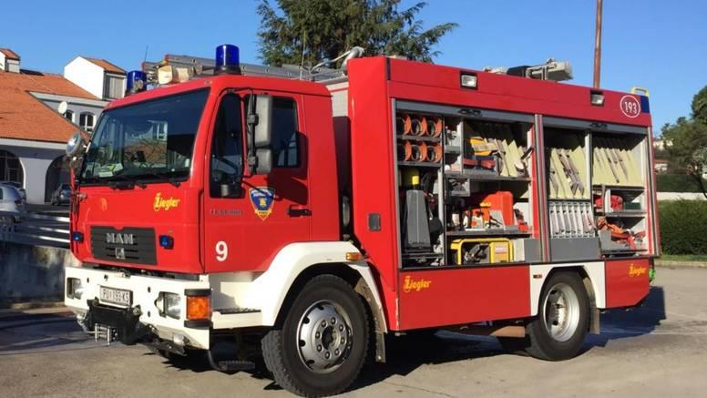 Žena (80) osumnjičena da je izazvala požar u Omišu: Ispred stana je postavila plinsku bocu