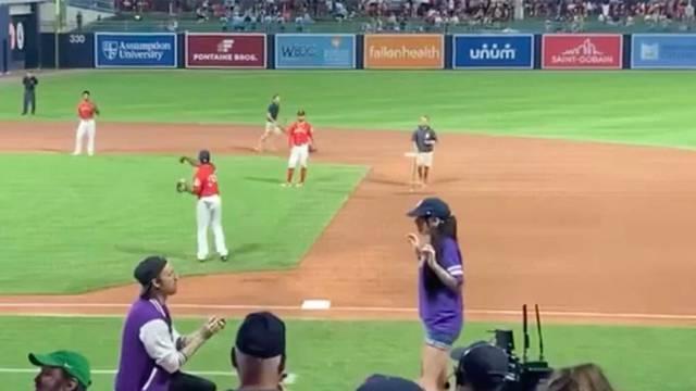 VIDEO Na utakmici zaprosio djevojku pred tisućama ljudi, a ona se okrenula i pobjegla