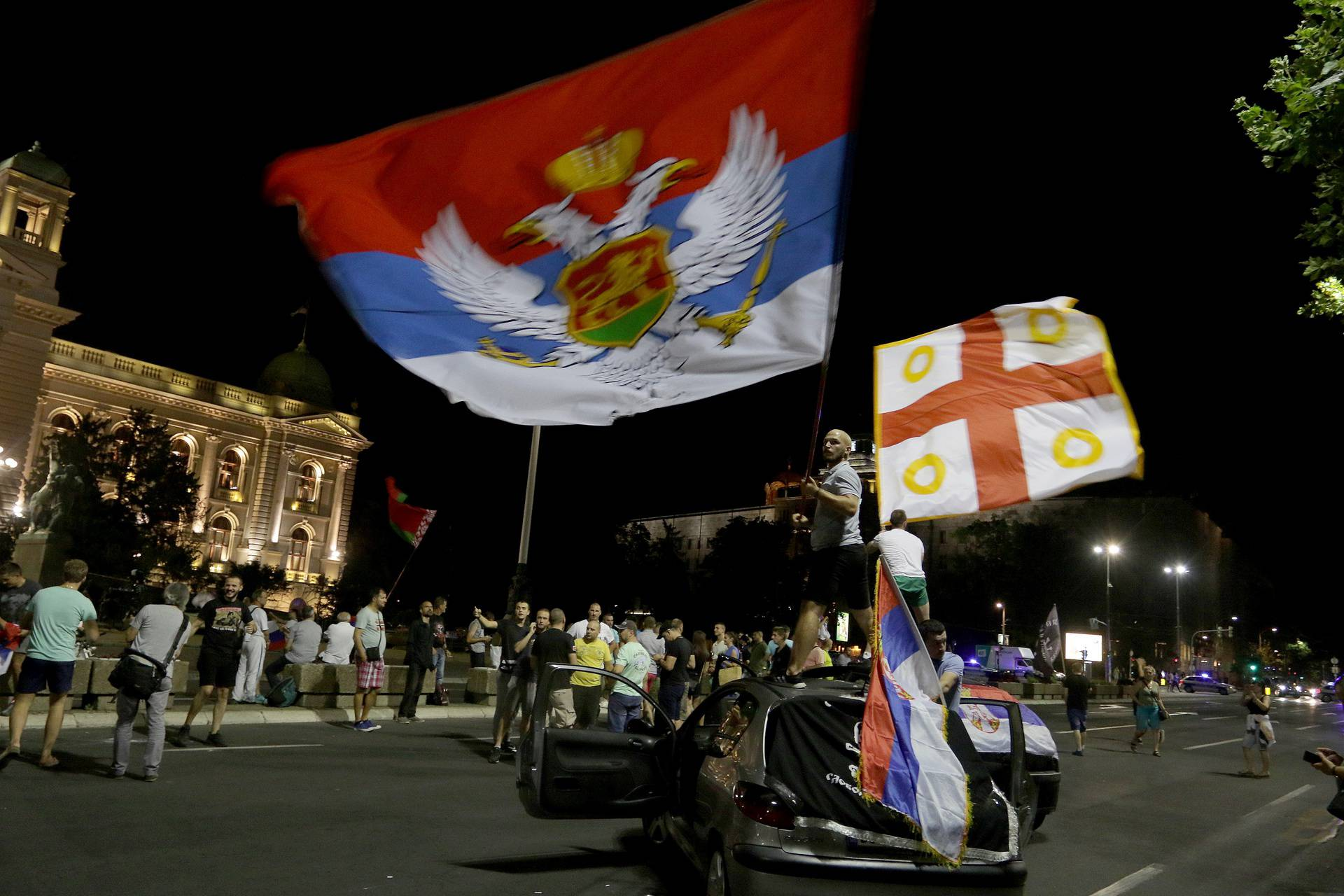 After the first results of the parliamentary elections, supporters of the Montenegrin opposition in Serbia gathered in front of the Serbian Parliament to celebrate the victory.Simpatizeri opozicije Crne Gore u Srbiji po dobijanju prvih rezultata parlame
