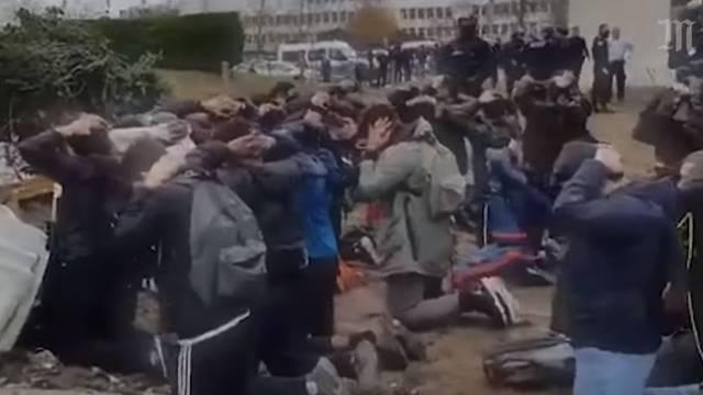 Francuska policija je tjerala učenike da kleče u redovima