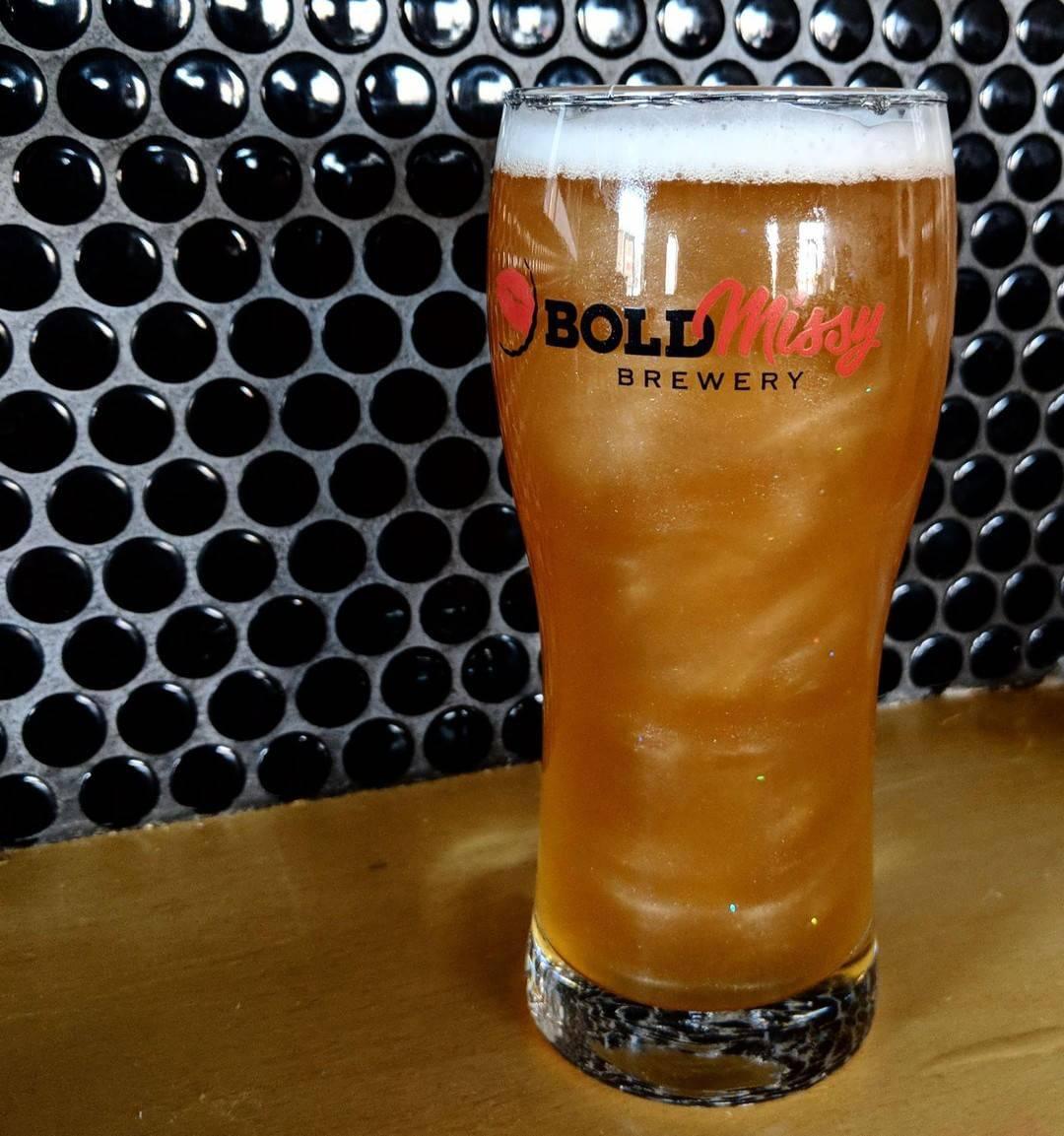 Novi viralni trend na mrežama: Ovo je prvo pivo sa šljokicama